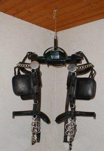 Ampelhalter zum Aufhängen von Reit- und Fahrzäumen, Leinen u.ä. unter der Decke